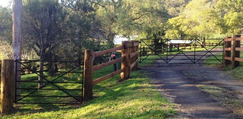 A matching personal access gate gives this driveway an alternative entrance to this Yarramalong property. The driveway gate and PA gate are in the 'Eleanor' style.